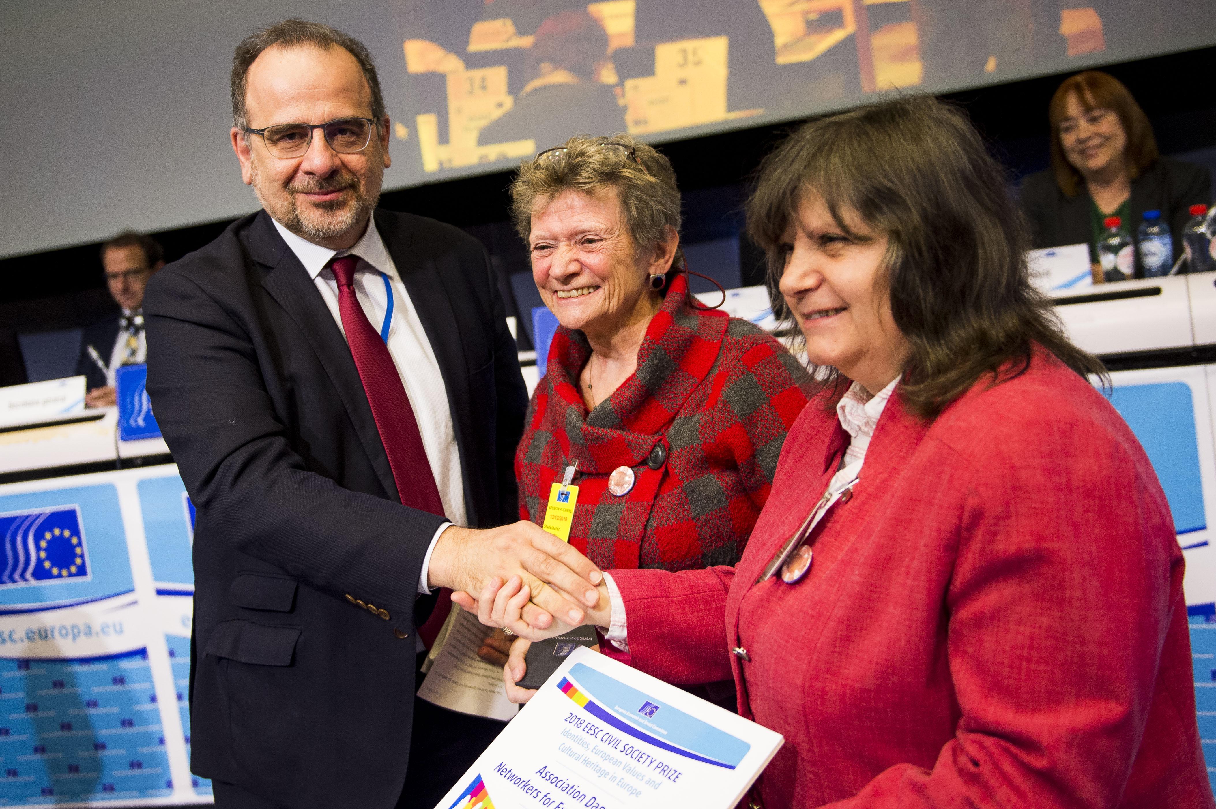 Überreichung des ersten Preises durch den Präsidenten Luca Jahier an Carmen Stadelhofer, Vorsitzende DANET e.V., Ulm und Prof. Emilia Velikova, Vizepräsidentin, Ruse, am 13.12.2018 in Brüssel